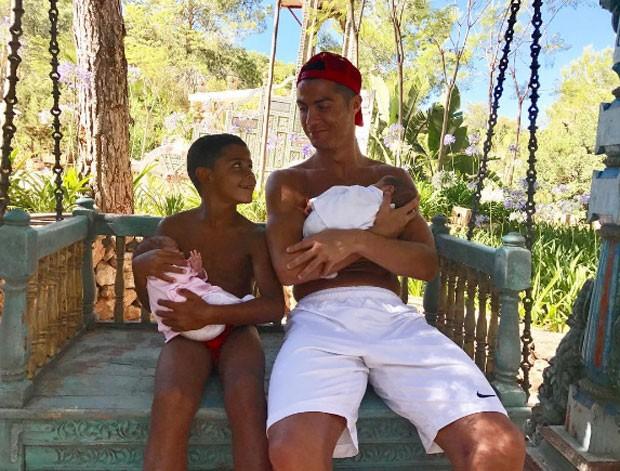 Cristiano Ronaldo posa com os filhos gêmeos e o primogênito  (Foto: Reprodução)