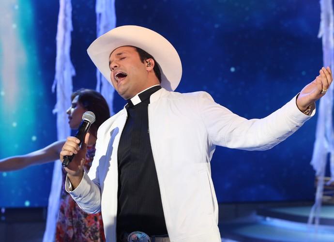 Só talento! Padre Alessando Campos canta muito no Domingão (Foto: Carol Caminha/Gshow)