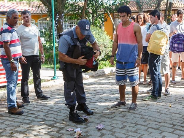 Policial encontra dinheiro roubado em mochila de Emerson (Foto: Artur Meninea/Gshow)