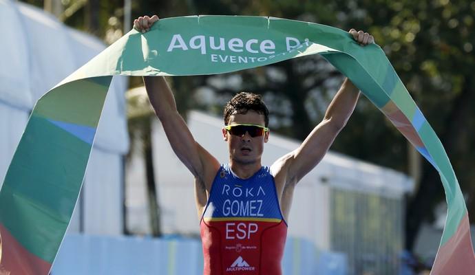 Noya, da Espanha, comemora vitória no evento-teste de triatlo masculino (Foto: REUTERS/Sergio Moraes)