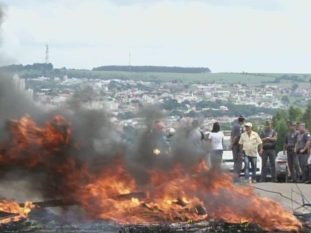 Moradores interditaram estrada municipal de Itapeva em protesto  (Foto: Reprodução/TVTEM)