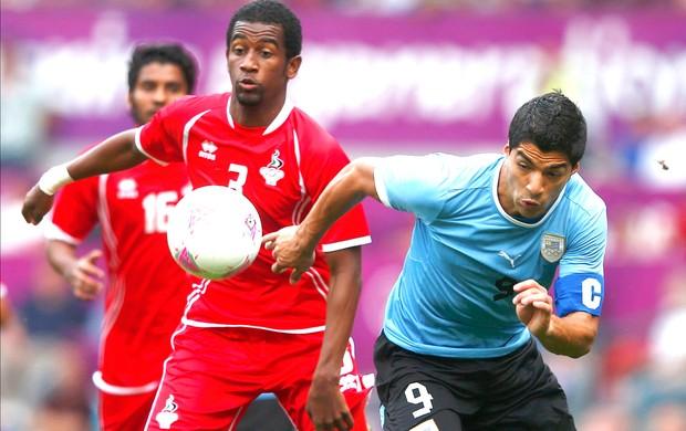 Adbulaziz e Suares, Emirados Árabes x Uruguai (Foto: Agência Reuters)