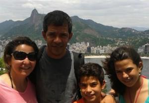 Esposo e filhos da comentarista esportiva Cida Santana. (Foto: Arquivo Pessoal/ Cida Santana)
