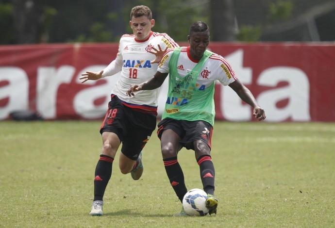 Jonas treinou no time titular, e Jajá, de colete, entre os reservas (Foto: Gilvan de Souza / Flamengo)