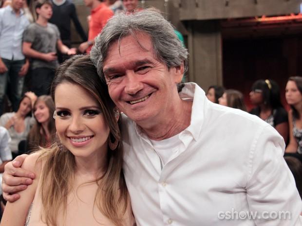 Serginho Groisman posa para fotos com a cantora Sandy (Foto: TV Globo/Altas Horas)