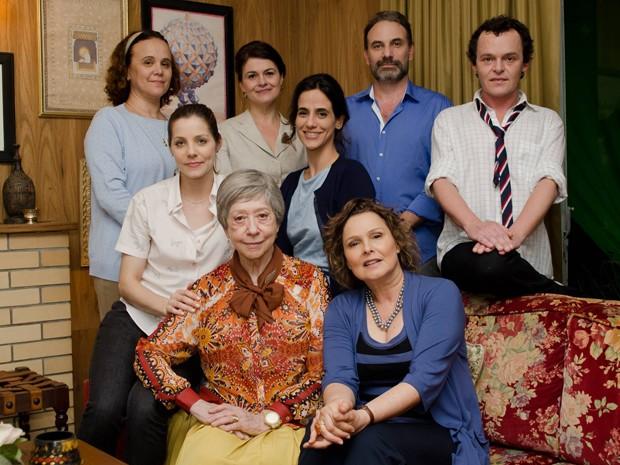 Fernanda Montengro como Dona Picucha cercada pelo elenco de Doce de Mãe (Foto: Fabio Rebelo / TV Globo)