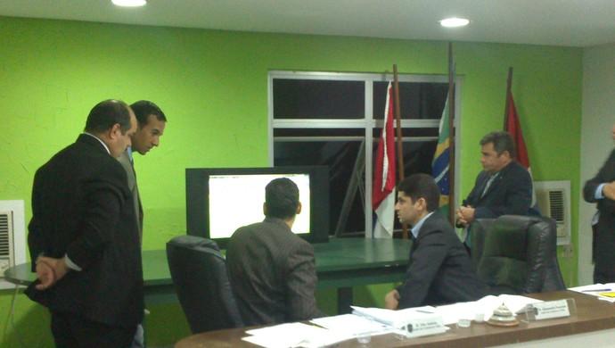 Auditores do TJD analisam vídeo do clássico (Foto: Caio Lorena / GloboEsporte.com)