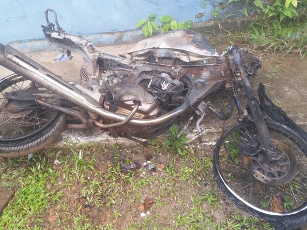Motocicleta carbonizada; veículo teria sido utilizado pelos assassinos no ato do crime (Foto: Toni Francis/G1)