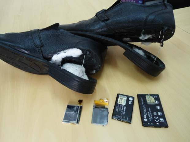 Equipamentos estavam na sola dos sapatos, envoltos a algodão (Foto: Polícia Civil/Divulgação)