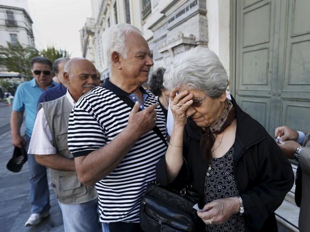 Aposentados formam fila em frente a banco em Atenas para rebecer pensões, nesta quinta-feira (2) (Foto: Reuters/Yannis Behrakis)