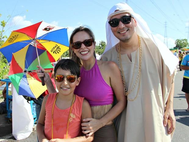 Marcello Bessa levou a mulher, Fellyne Geber, e o filho, Diego Vitor, para curtir a Banda do Galo (Foto: Indiara Bessa/G1AM)