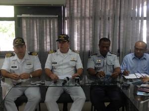 Objetivo será conscientizar os que utilizam as embarcações, segundo capitão Mário Simões (centro) (Foto: Abinoan Santiago/G1)