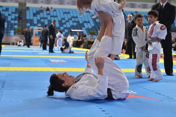 Kyra e Ayra Gracie se divertem no tatame do evento Gracie Pro (Foto: Divulgação)