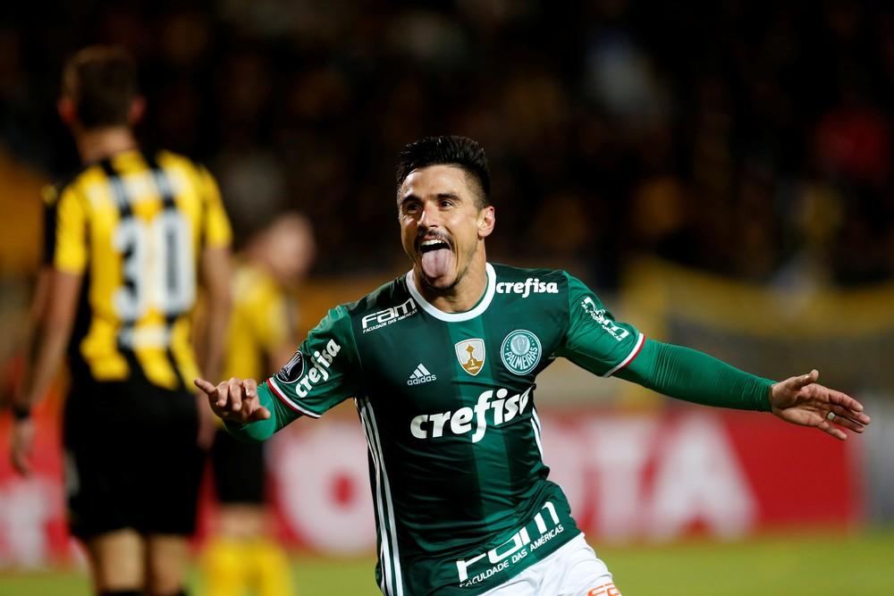 Willian fez dois gols na virada por 3 a 2 sobre o Peñarol (Foto: Reuters)