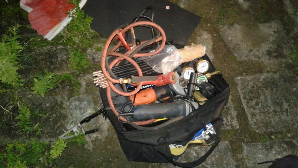 Materiais foram localizados nos fundos do estabelecimento (Foto: Divulgação/Polícia Militar)
