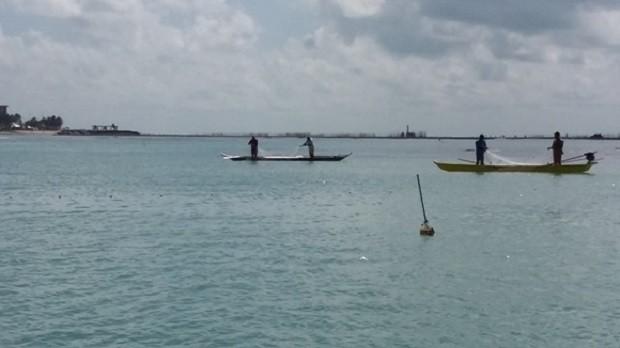 Homens foram flagrados utilizando redes para pesca na piscina (Foto: Divulgação/ IMA)