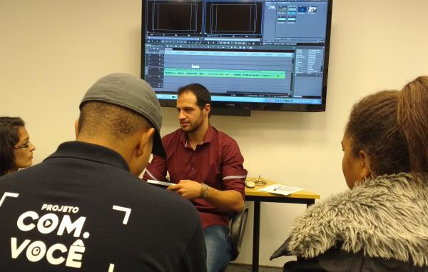 Leonardo Vilela, editor da EPTV, explicou como funciona a etapa da edição de imagens (Foto: divulgação EPTV)
