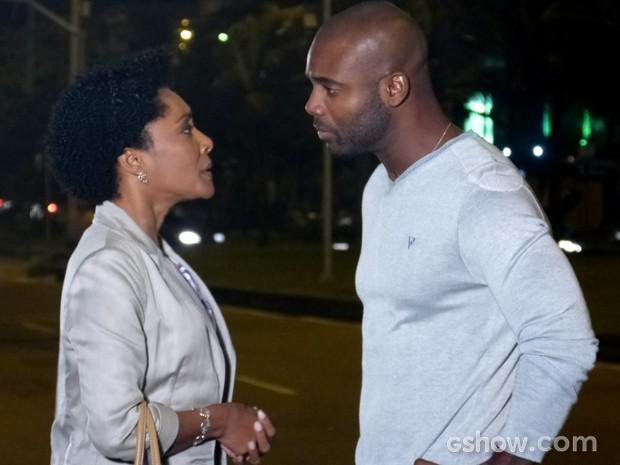 Theo fica irritado com Neidinha (Foto: Em Família / TV Globo)