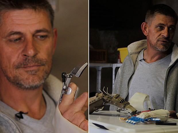 Carpinteiro inventor Richard van As exibe as mãos que ele fabrica na oficina de sua casa (Foto: Denis Farrell/AP)