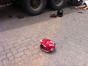 Os capacetes utilizados pelas vítimas foram parar a alguns metros do local do acidente (Foto: Diego Souza/G1)