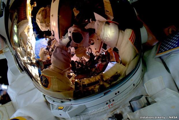 '#SpaceWalkSelfie Grande primeira caminhada espacial ontem. Prontos para a próxima' (Foto: Scott Kelly)