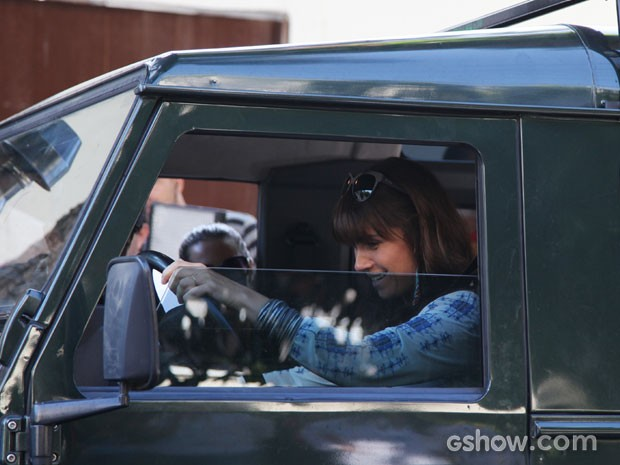 Giovanna se diverte ao gravar cena em que dirige (Foto: Carol Caminha/TV Globo)