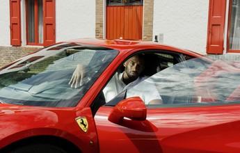 Aposentado, Kobe Bryant visita sede da Ferrari em Maranello e testa carro
