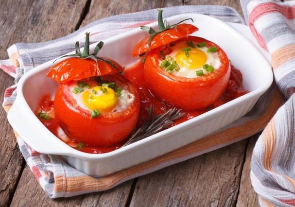 Tomate recheado com ovo é uma opção para fugir da tentação da carne (Foto: Divulgação)