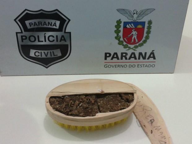 Suspeita autuada por tráfico de drogas disse que recebeu sacola com roupas e objetos de um casal (Foto: Polícia Civil / Paraná)