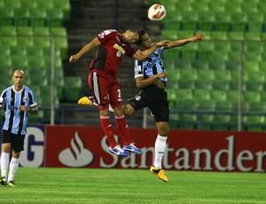 Souza disputa lance em derrota na Venezuela (Foto: Lucas Uebel/ Grêmio FBPA)