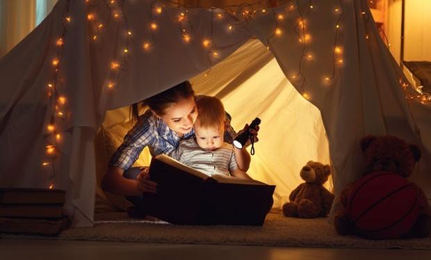 Mãe e filho lendo juntos (Foto: Thinkstock)