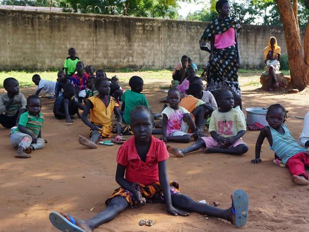 Crianças do Sudão do Sul abrigadas na catedral católica de St. Theresa em Juba, em foto de sexta (15) (Foto: Peter Martell/AFP)