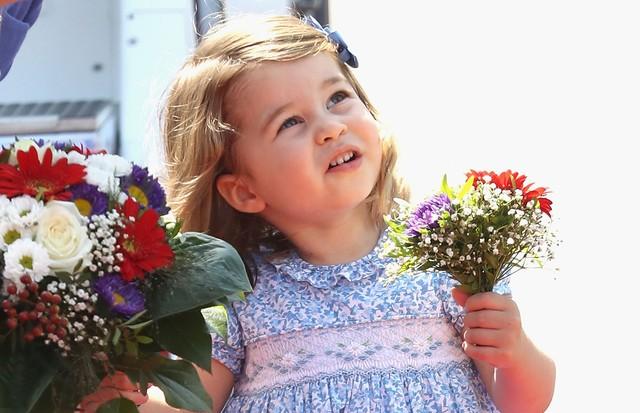 O vestido é azul, mas o rosa aparece nos detalhes! (Foto: Getty Images)