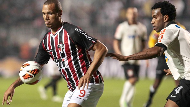 Luis Fabiano e Gil, Corinthians x São Paulo - final Recopa (Foto: AFP)