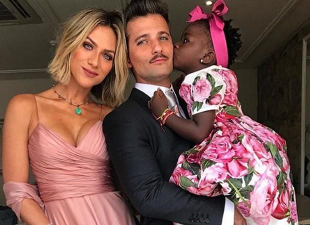 Bruno Gagliasso, Giovanna Ewbank e a pequena Titi, que fez sucesso entre os presentes (Foto: Reprodução Instagram)