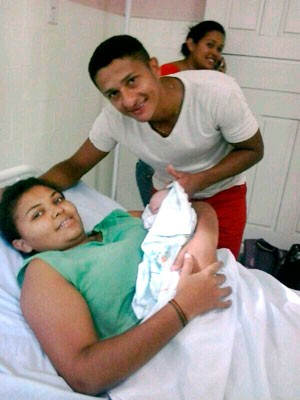 André Carlos Alves posou para foto ao lado da mulher que ele ajudou a dar a luz (Foto: Arquivo Pessoal)