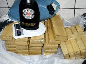 Maconha foi encontrada em baixo da cama do suspeito (Foto: Divulgação / GAMA)