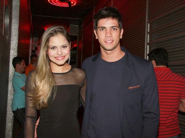 Jéssica Alves e o namorado, Thiago Blanco, em boate no Rio (Foto: Isac Luz/ EGO)