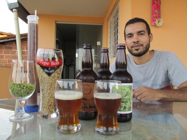 Pedro Herique faz cervejas caseiras como hobby e quer transformá-lo em negócio (Foto: Fernando Brito/G1)