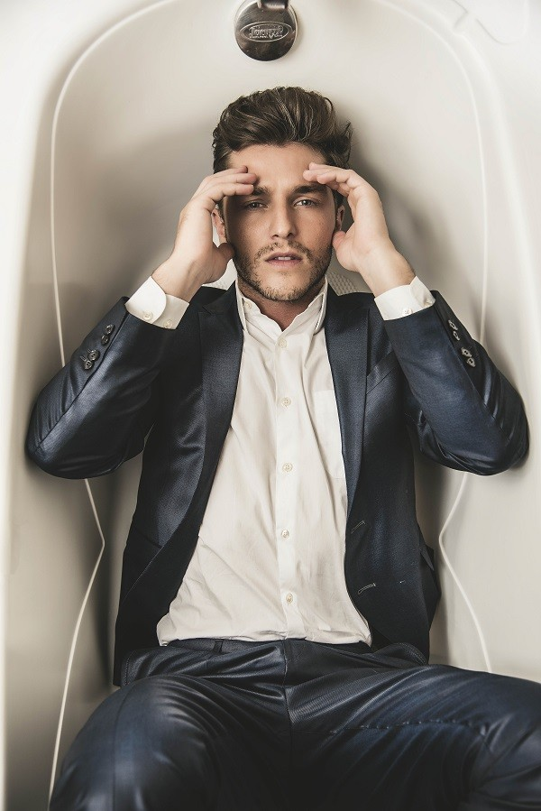 Com filme em cartaz e série para estrear, o ator conta que está muito realizado na carreira (Foto: Vinicius Mochizuki)