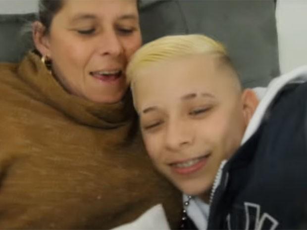 MC Pedrinho abraça a mãe no clipe da música 'Menino sonhador' (Foto: Reprodução/YouTube/ GR6 Explode)