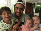 Pedro Scooby posa com os três filhos e sogra diz: 'Quarteto fantástico'