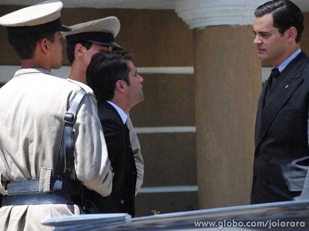 Venenoso! Manfred provoca Franz após ele sair algemado e leva cuspe de ex-vendedor (Foto: Joia Rara/TV Globo)