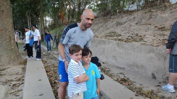 Cris posa para fotos com crianças em Caracas (Foto: Hector Werlang/Globoesporte.com)