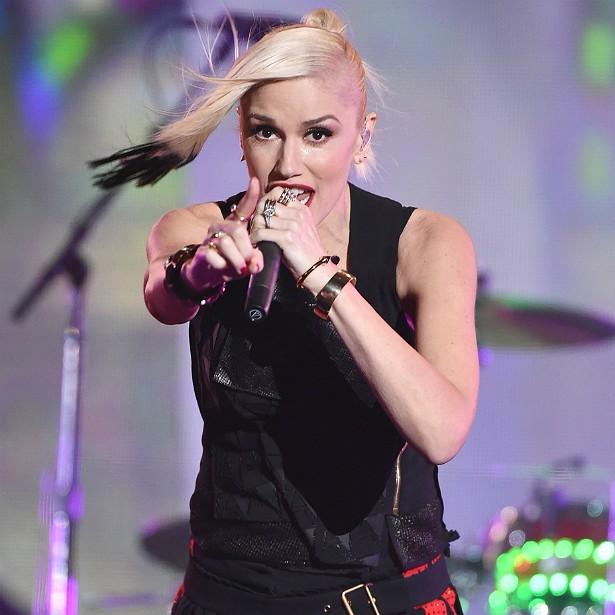 Alguém acredita que Gwen Stefani acaba de completar 45 anos de idade? A vocalista do No Doubt faz pelo menos 200 abdominais por dia, além de aeróbica, levantamento de peso e boxe. E de, claro, sacudir muito no palco. (Foto: Getty Images)