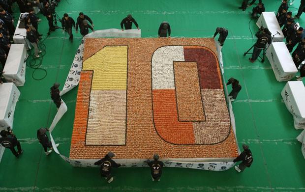Mosaico feito com 20.647 sushis bate recorde na China (Foto: Bobby Yip/Reuters)