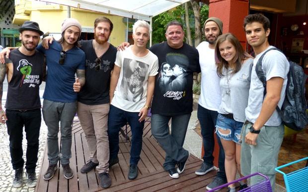 Leo Jaime, Alice Wegmann e Daniel Blanco com a banda antes da gravação (Foto: Foto: Malhação / TV Globo)