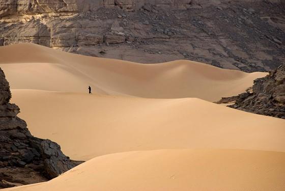 Areia e formações rochosas formam o deserto de Akakus, no sul da Líbia (Foto: © Haroldo Castro/ÉPOCA)