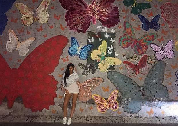 Kylie Jenner posa em frente a parede de borboletas em seu aniversário de 20 anos (Foto: reprodução/instagram)