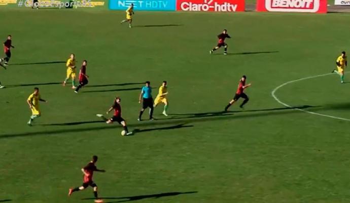 Gol meio-campo RS (Foto: Reprodução/RBS TV)
